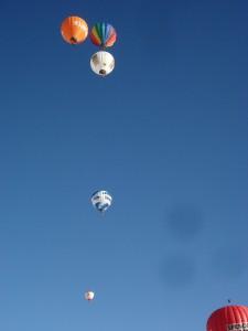 Heißluftballons am blauen Himmel