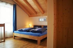 Schlafzimmer mit wunderschönem Sichtdachstuhl